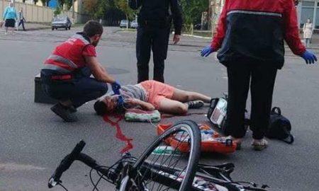 В Киеве автомобиль сбил велосипедиста и скрылся: пострадавший в реанимации, ищут родственников