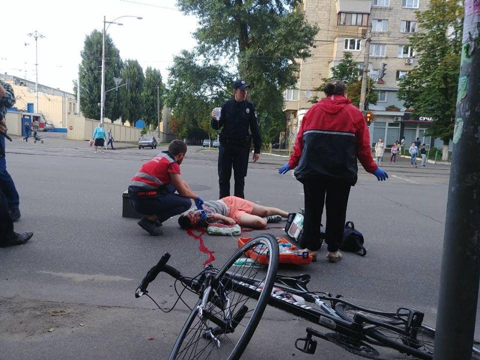 По предварительной информации, едущего на велосипеде парня подрезала проезжающая рядом машина