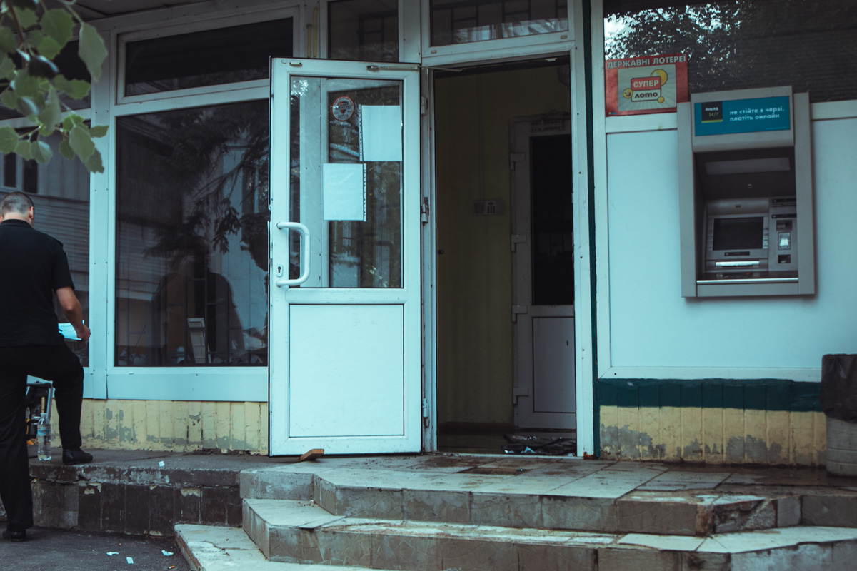«Коктейлями Молотова» забросали помещение «Ощадбанка»— Взрыв вКиеве