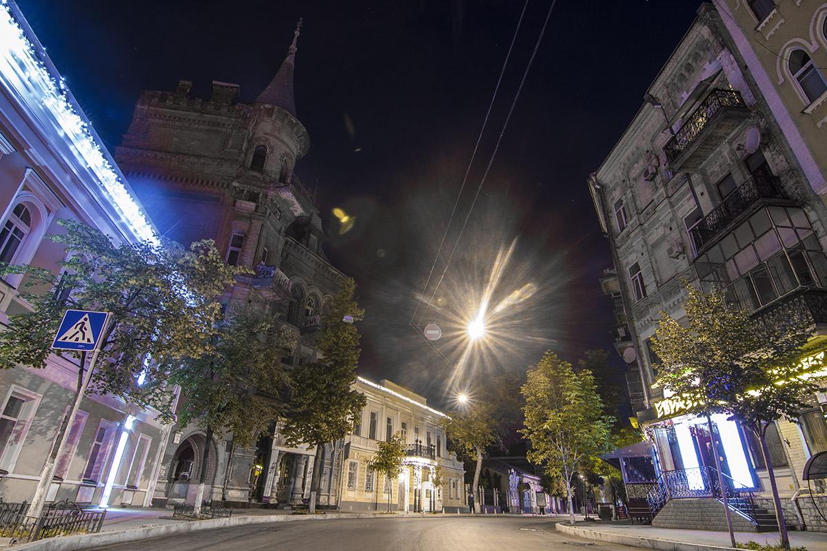 Ночью Ярославов Вал выглядит совершенно иначе