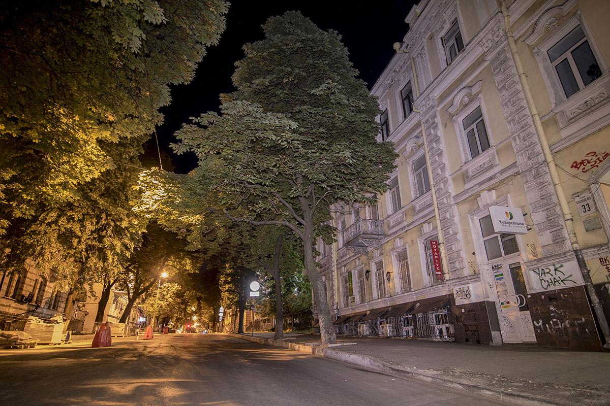 В лучах фонарей улица выглядит немного таинственно