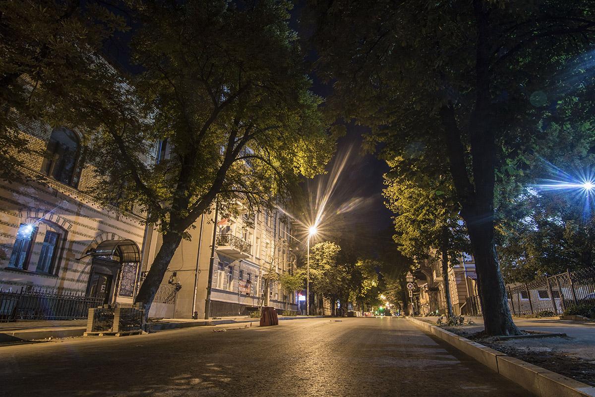 Пустынная улица спокойно спит