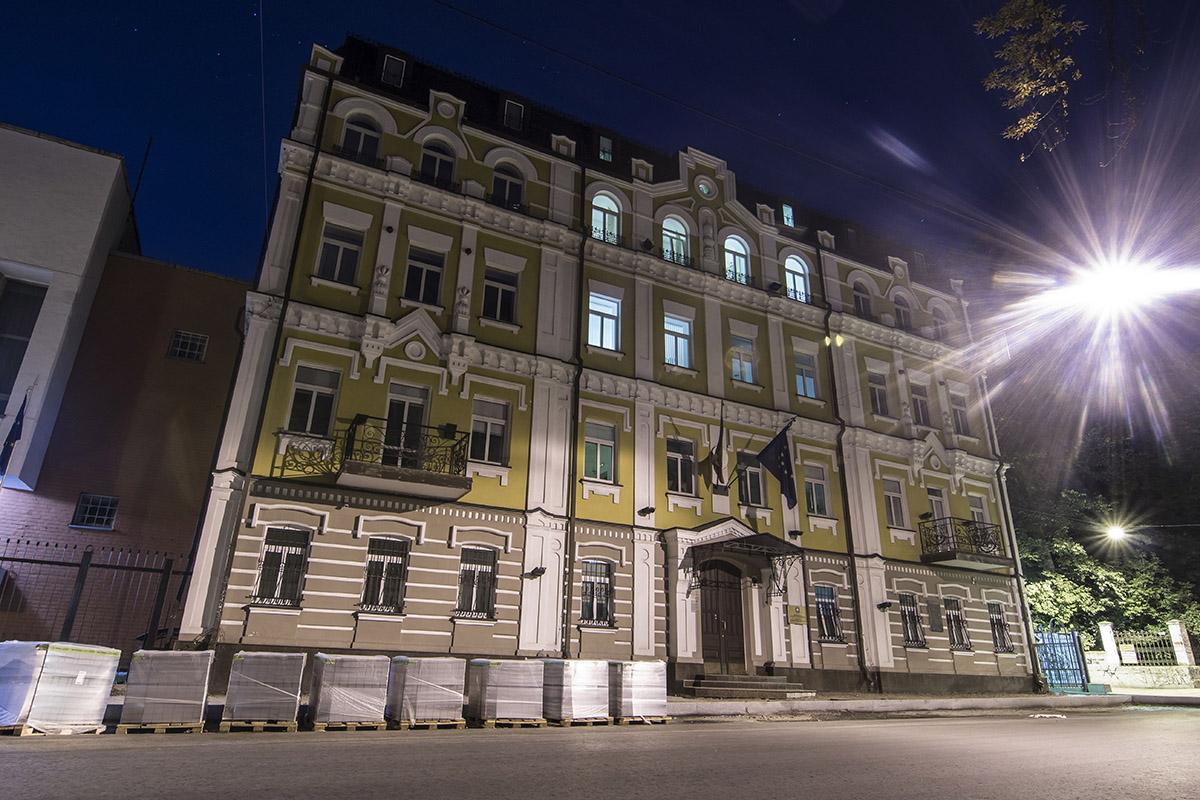 Даже ночью в посольстве Италии не прекращается работа