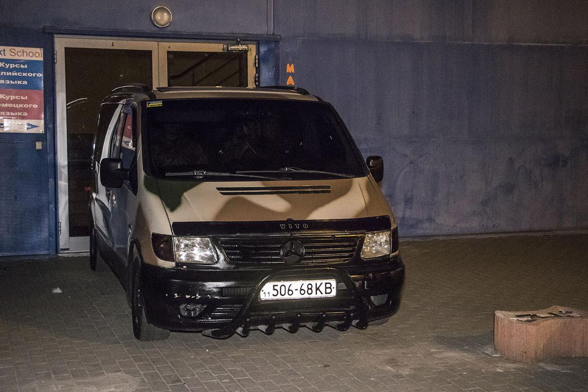 """""""Налетчики"""" заблокировали автомобилем вход в офисные помещения"""