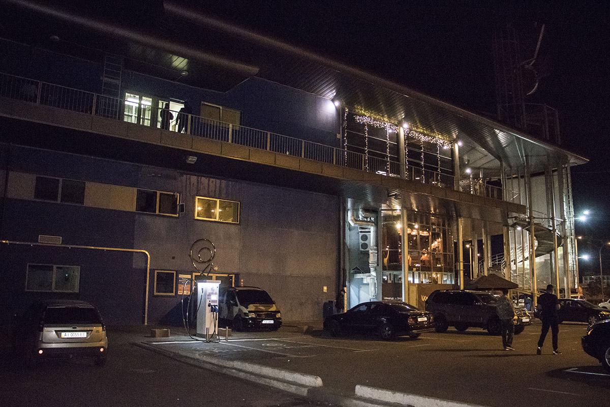 Парни в балаклавах пытались ворваться в офисные здания, расположенные в торгово-развлекательном центре Магеллан