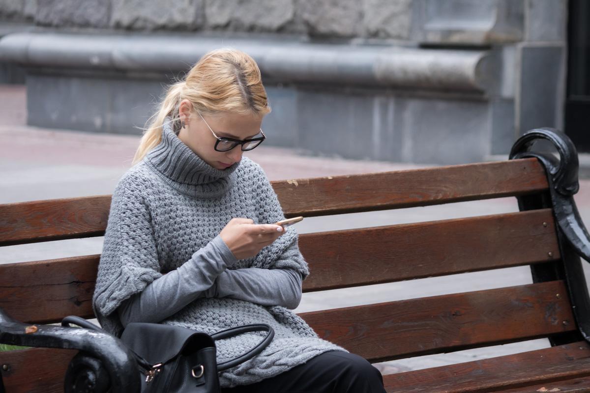 В такую погоду хочется надеть всю одежду мира и зарыться в мире своего телефона