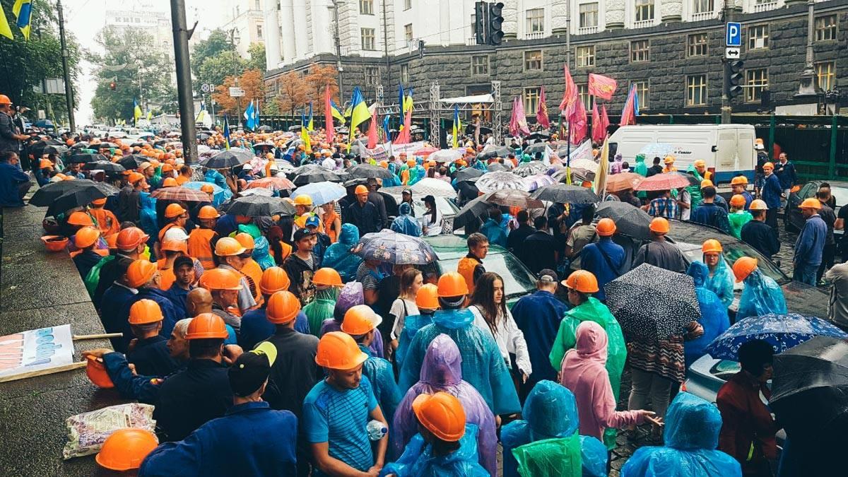 """Митингующие пришли к Кабинету министров Украины, чтобы потребовать возобновления работы """"ДнепрАзот"""""""