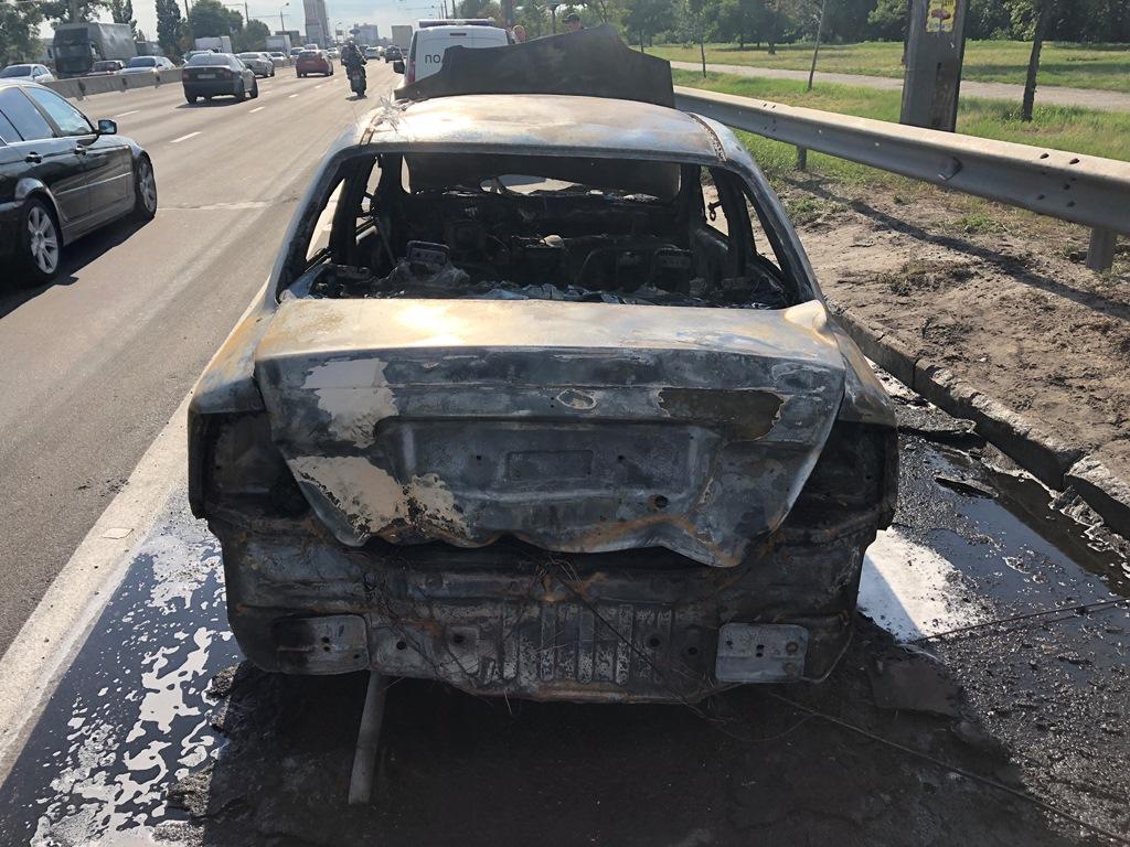 Иномарка сгорела полностью