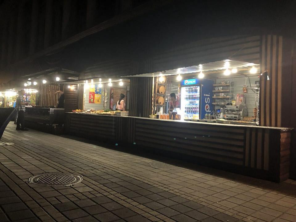 """Отравившиеся девушки купили шаурму в киоске около станции метро """"Почайна"""""""