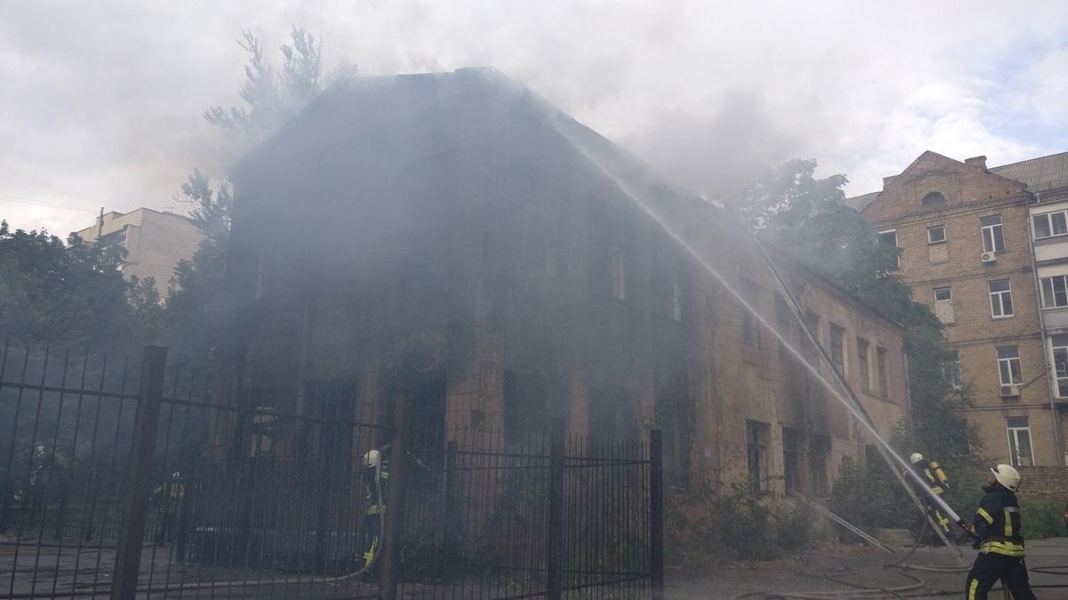 Загорелось двухэтажное здание заброшенного детского сада