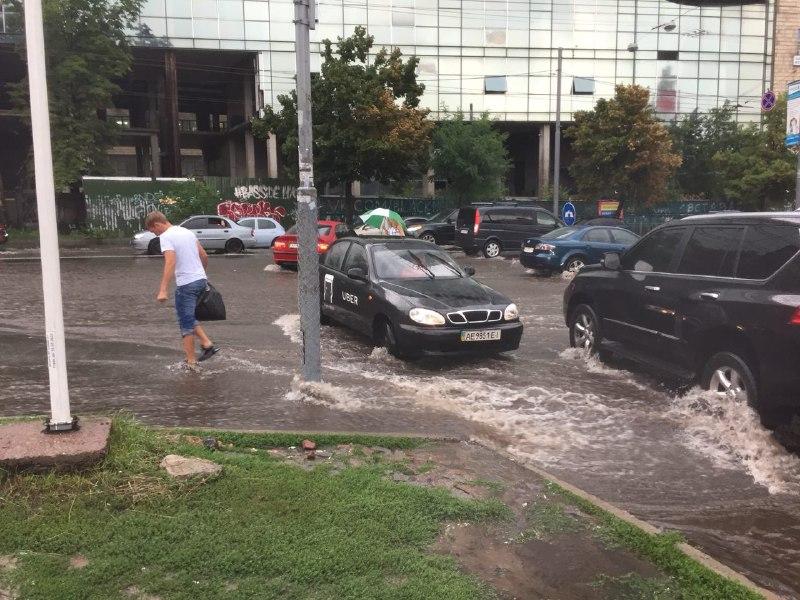 Затопило проезжую часть и тротуары