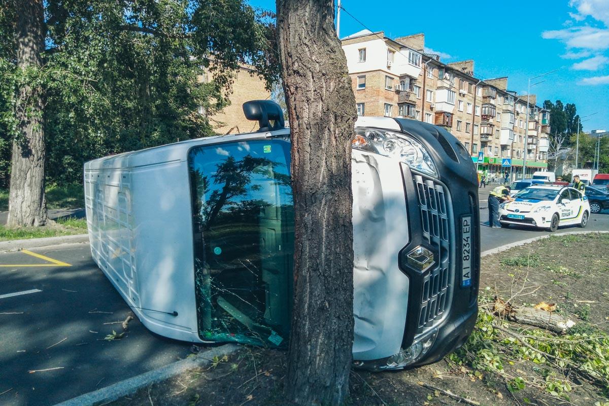СтолкнулисьMitsubishi Galant и RenaultMaster, в результате чего последний перевернулся