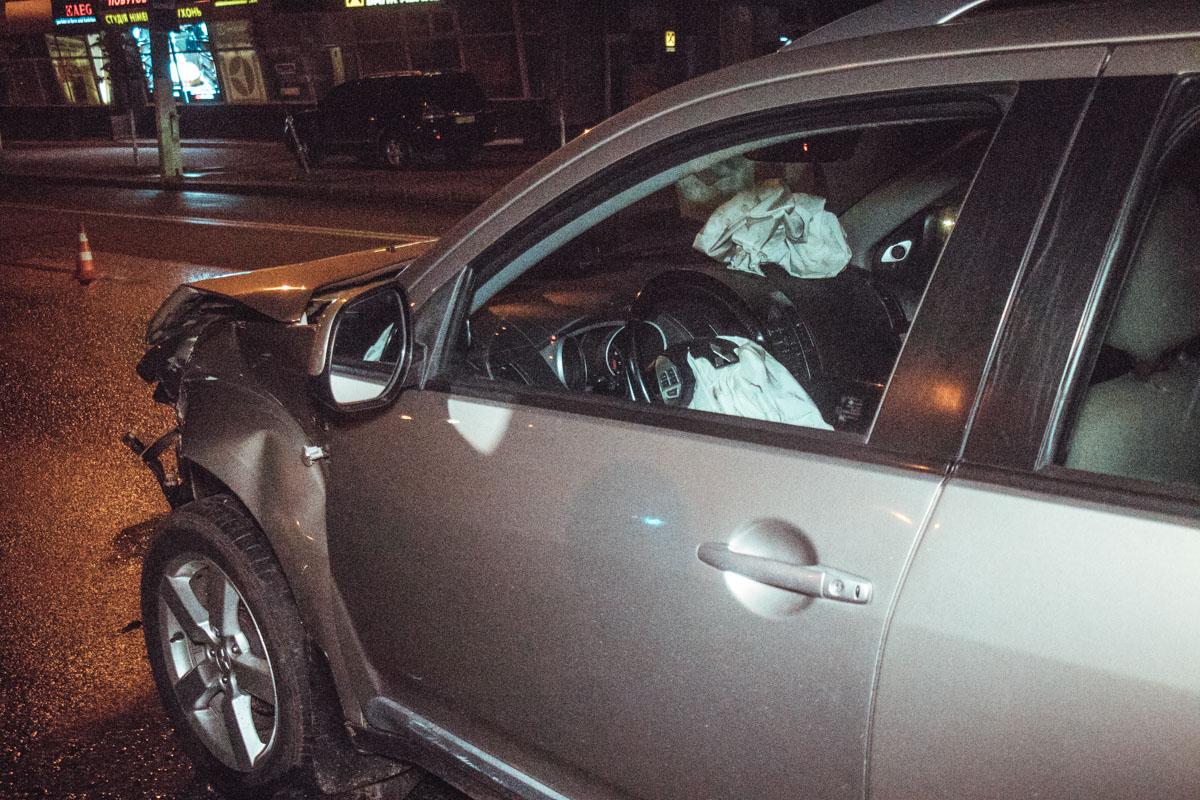 В Mitsubishi сработали подушки безопасности, травмирована женщина пассажир