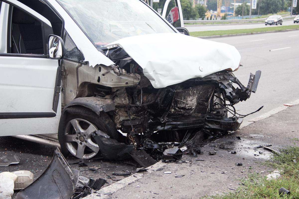 По неизвестной причине,Mercedes грубо нарушил правила дорожного движения и выехал ему навстречу