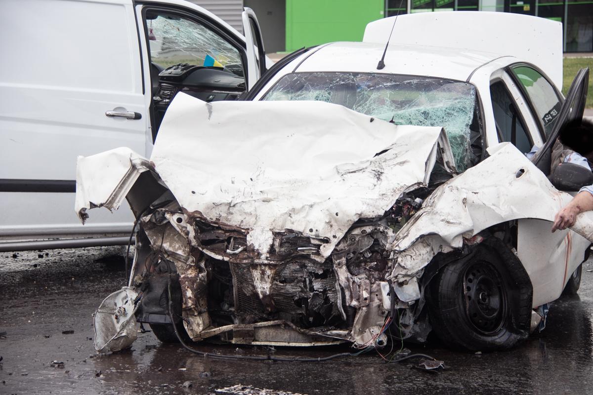 Их тела спасателям пришлось вырезатьиз машины спецсредствами