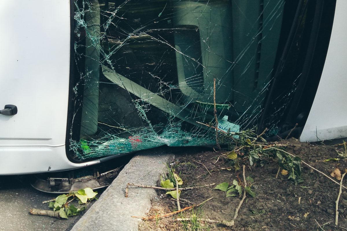 В результате столкновения, водитель Renault потерял управление, автомобиль повело и перевернуло набок