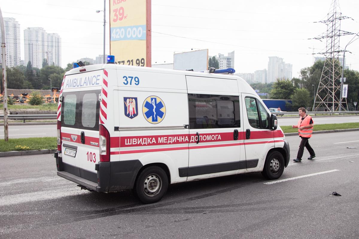 На место оперативно прибыли патрульная полиция, три кареты скорой помощи и ГСЧС