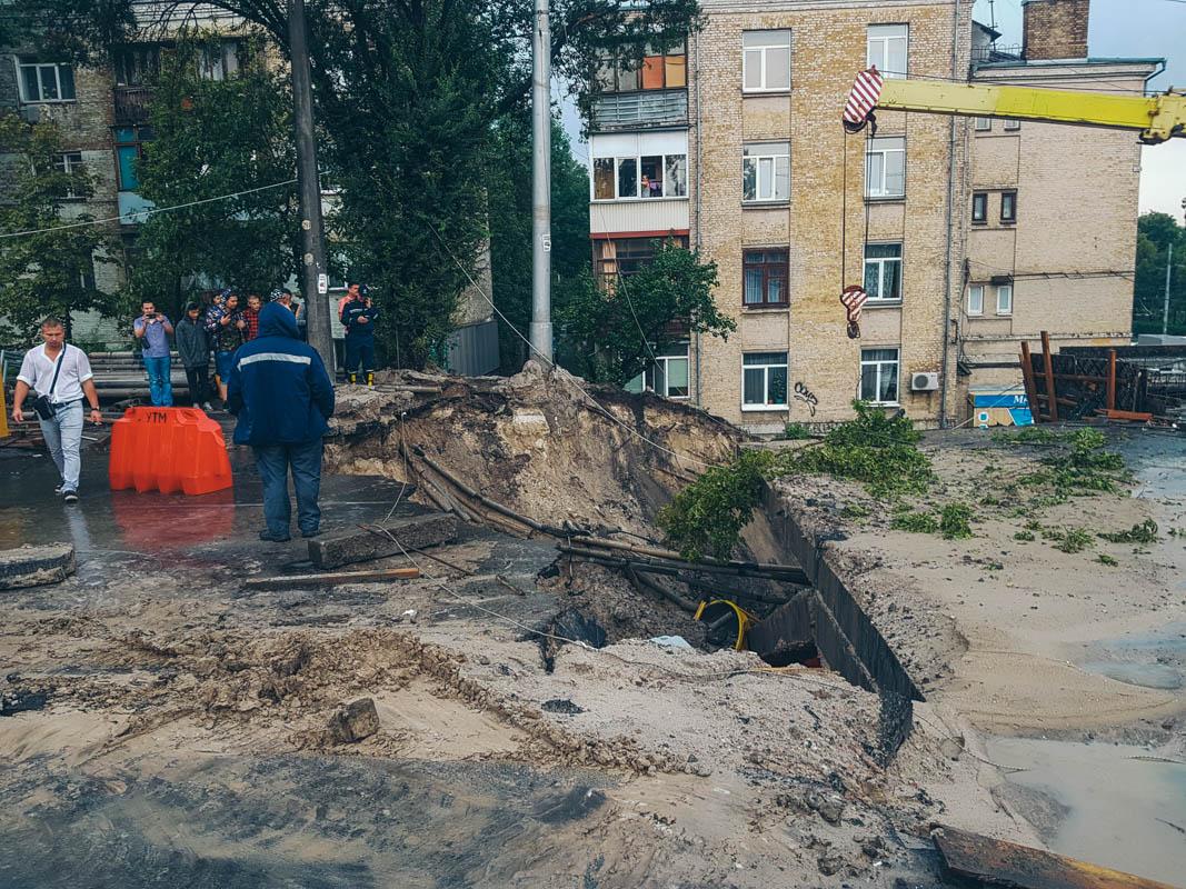 На Куреневке рухнул Кирилловский путепровод