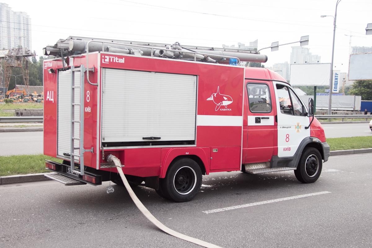 Из автомобиль Daewoo шел дым, поэтому пожарные принялись тушить транспортное средство