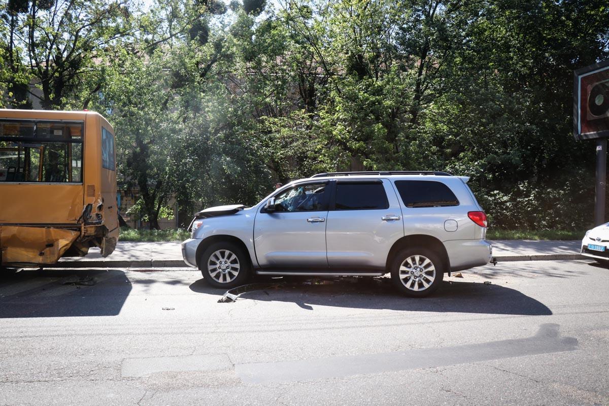 На улице Евгения Коновальца Toyota Sequoia врезалась в маршрутку с людьми