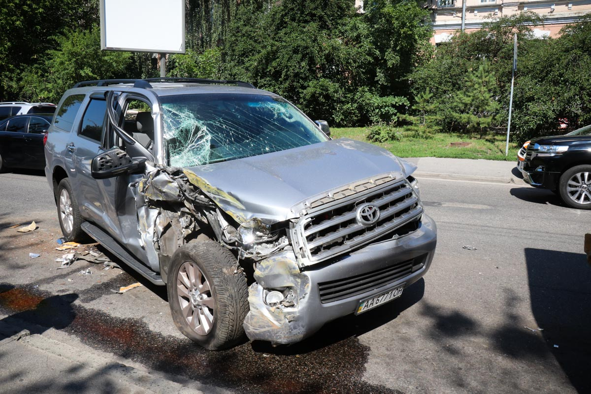Автомобиль Toyota сильно пострадал, у него разбит весь нос