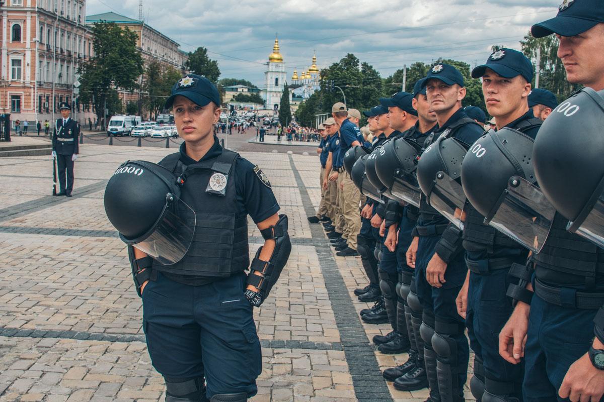 множество ветеранов АТО и волонтеров пошли работать в полицию в первые дни ее существования