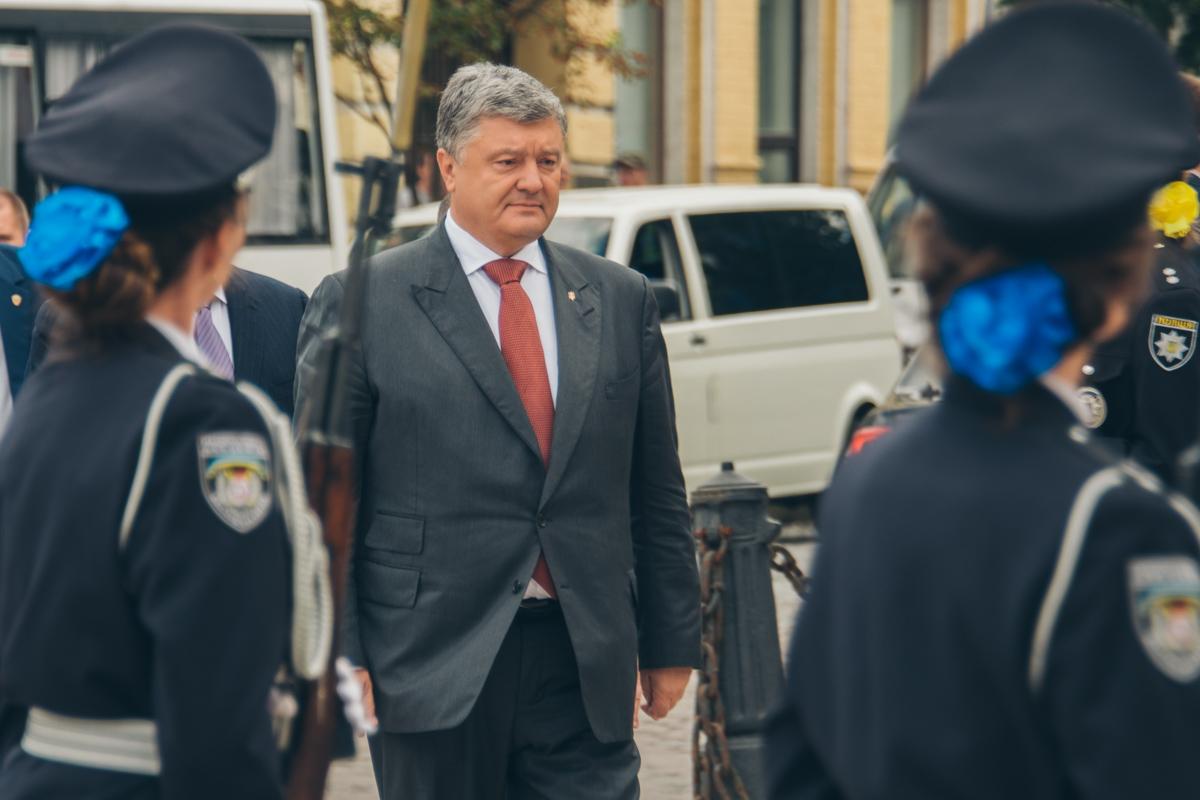 Президент Украины отметил, что полицейские вносят существенный вклад в защиту страны как на линии фронта с противником, так и от пятой колонны, которая пытается раскачать ситуацию в тылу