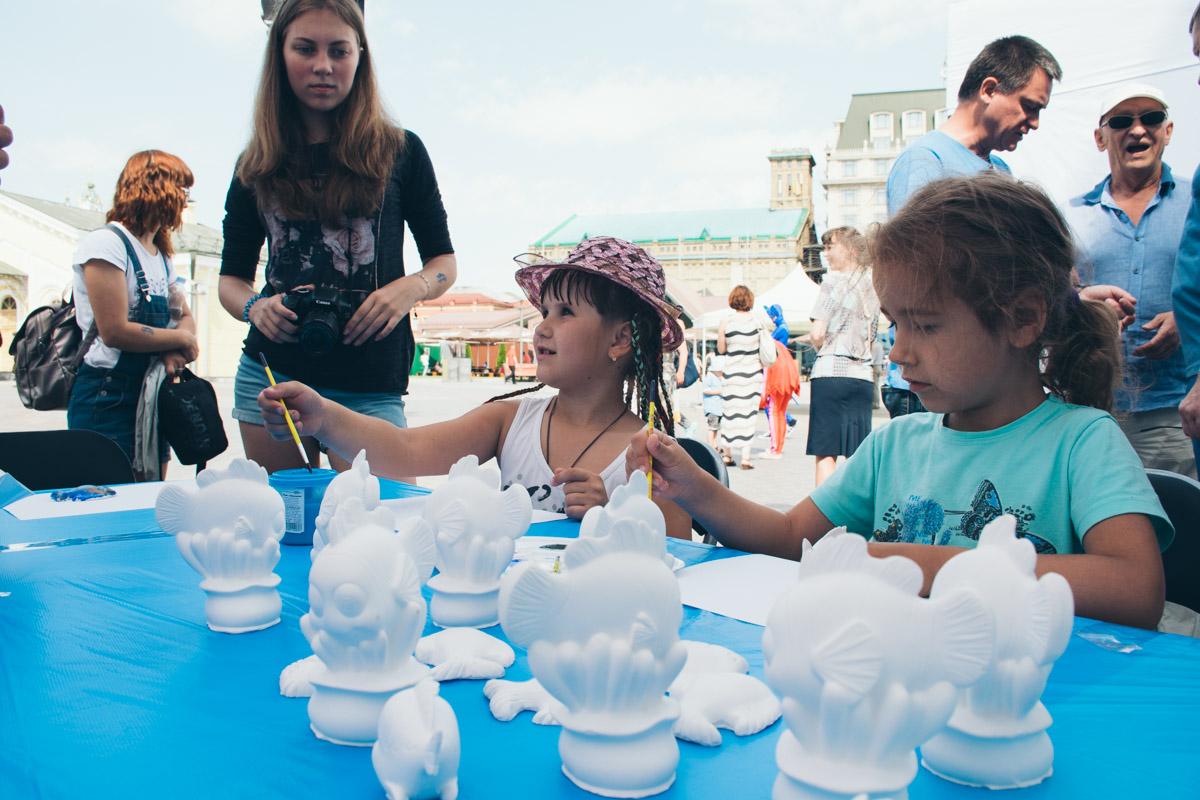 После заплыва и награждения на Почтовой площади устроили большой концерт с развлечениями как для детей, так и для взрослых