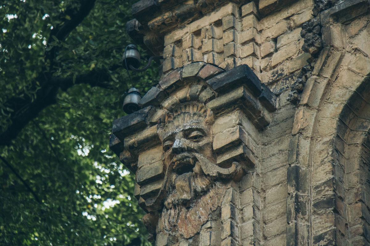 Рожки и клыки на мужской голове привносят в жизнь миф