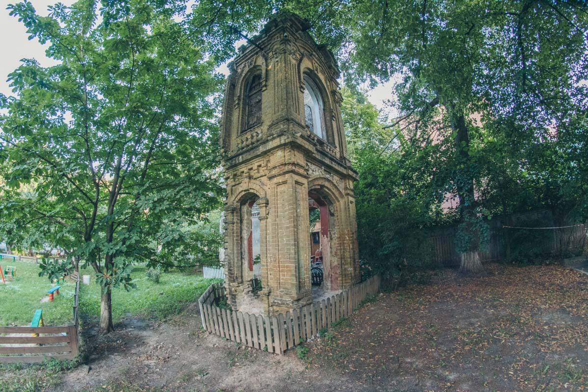 Одинокая руина спрятана в уютном дворе