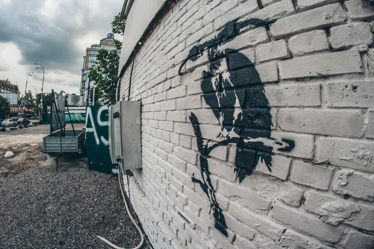 Такое граффити появилось на сене около заправки TOKA