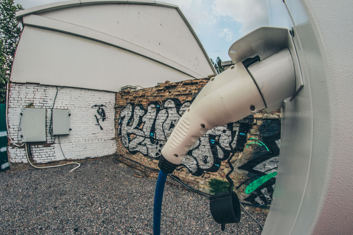 Пока твое авто на подзарядке, можно приобщиться к уличному искусству