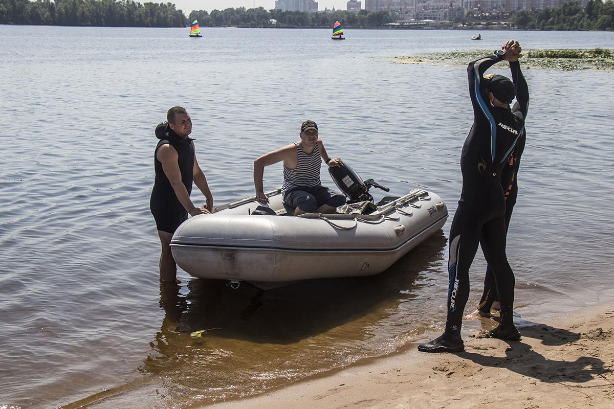Для безопасности на круглосуточном дежурстве работает водолазная служба аварийно-спасательного отряда ГСЧС