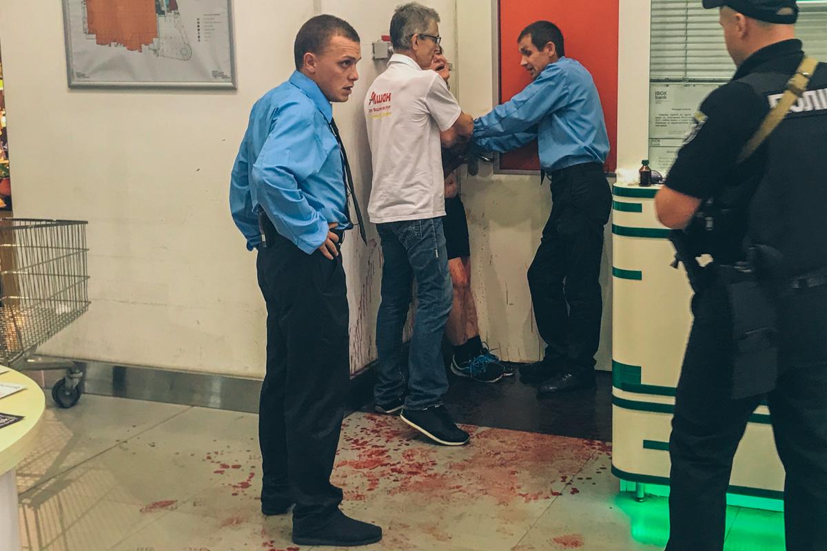 Женщина порезала себе вены, пытаясь шантажировать охрану гипермаркета