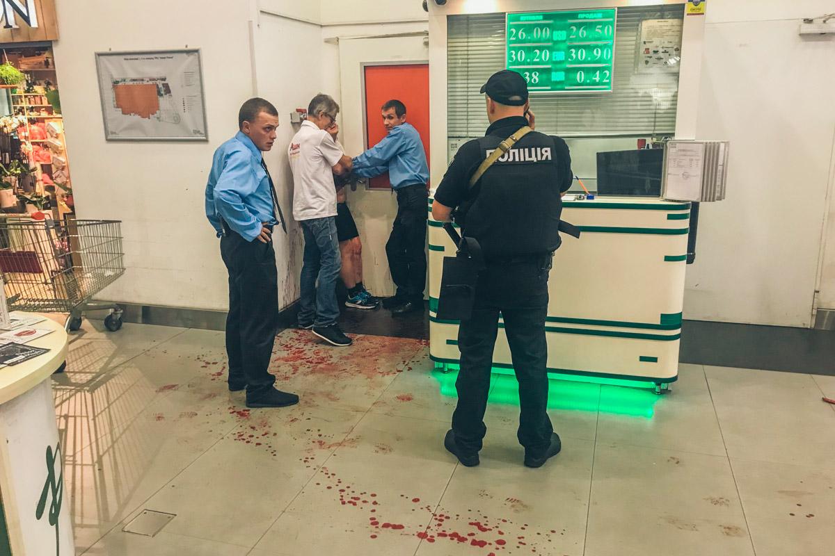 Спутница мужчины ножом вскрыла вены, забрызгав кровью все вокруг