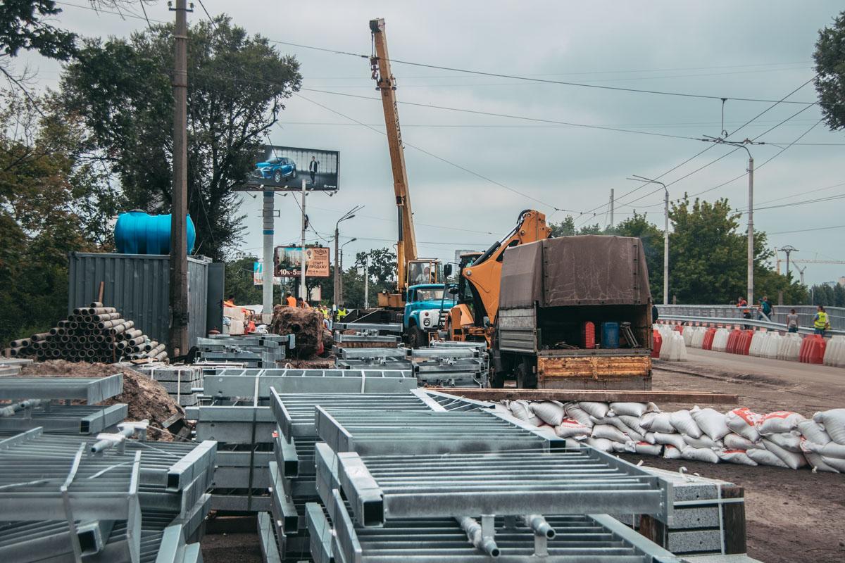 Коммунальщики пытаются устранить вчерашние разрушения путепровода