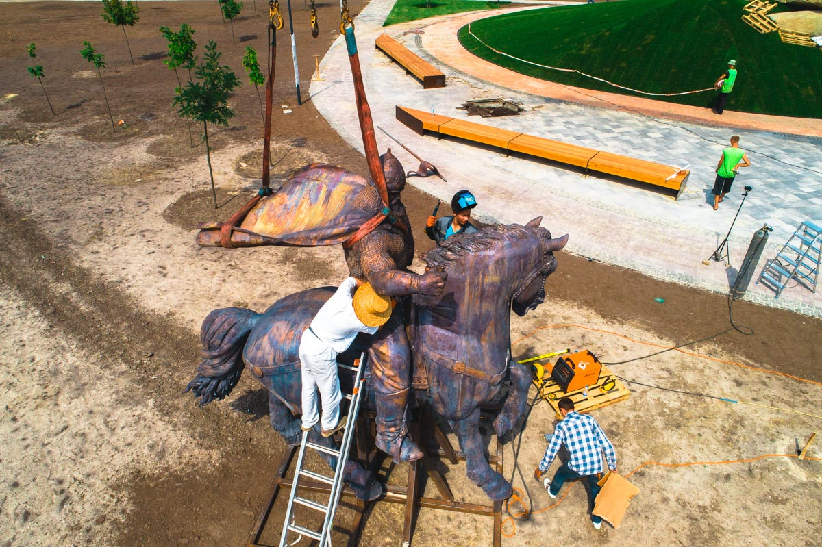 Высота композиции с постаментом - 12 метров