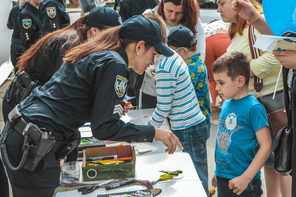 Полицейские делали вместе с детьми открытки