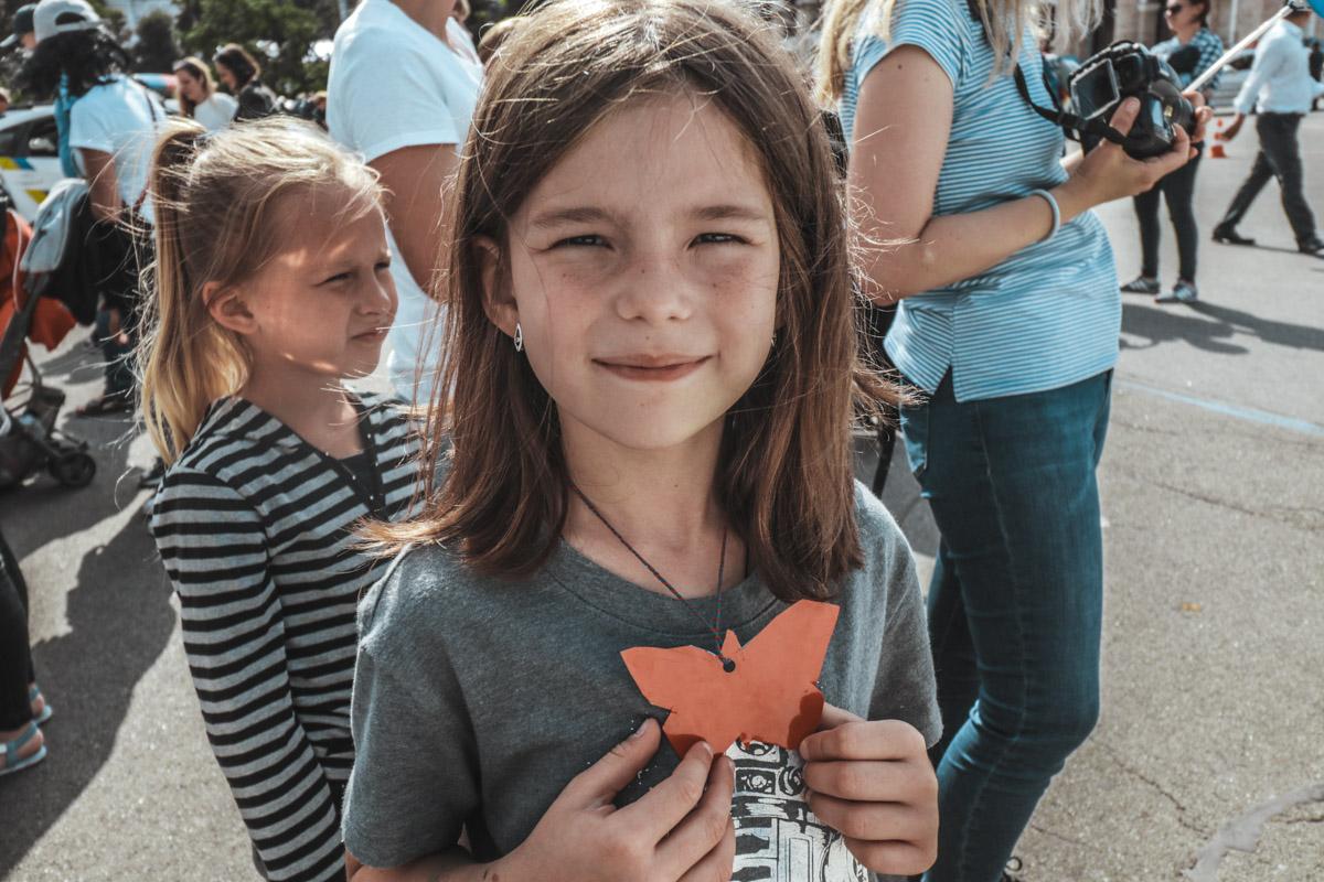 Малышка вырезала открытку-бабочку