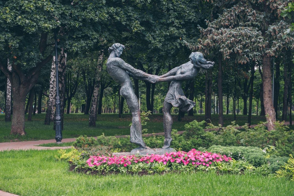 На всей территории прекрасные скульптуры