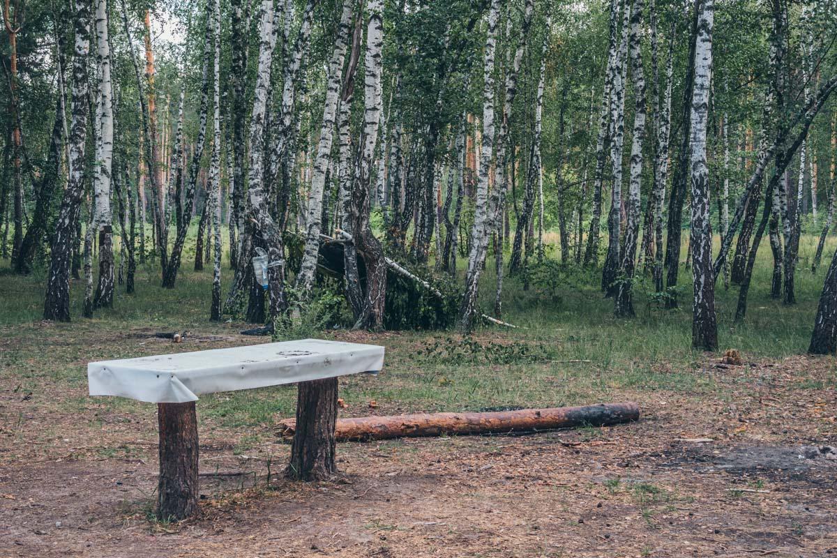 На территории обустроены столы для пикников и отдыха. Правда, стулья нужно брать с собой