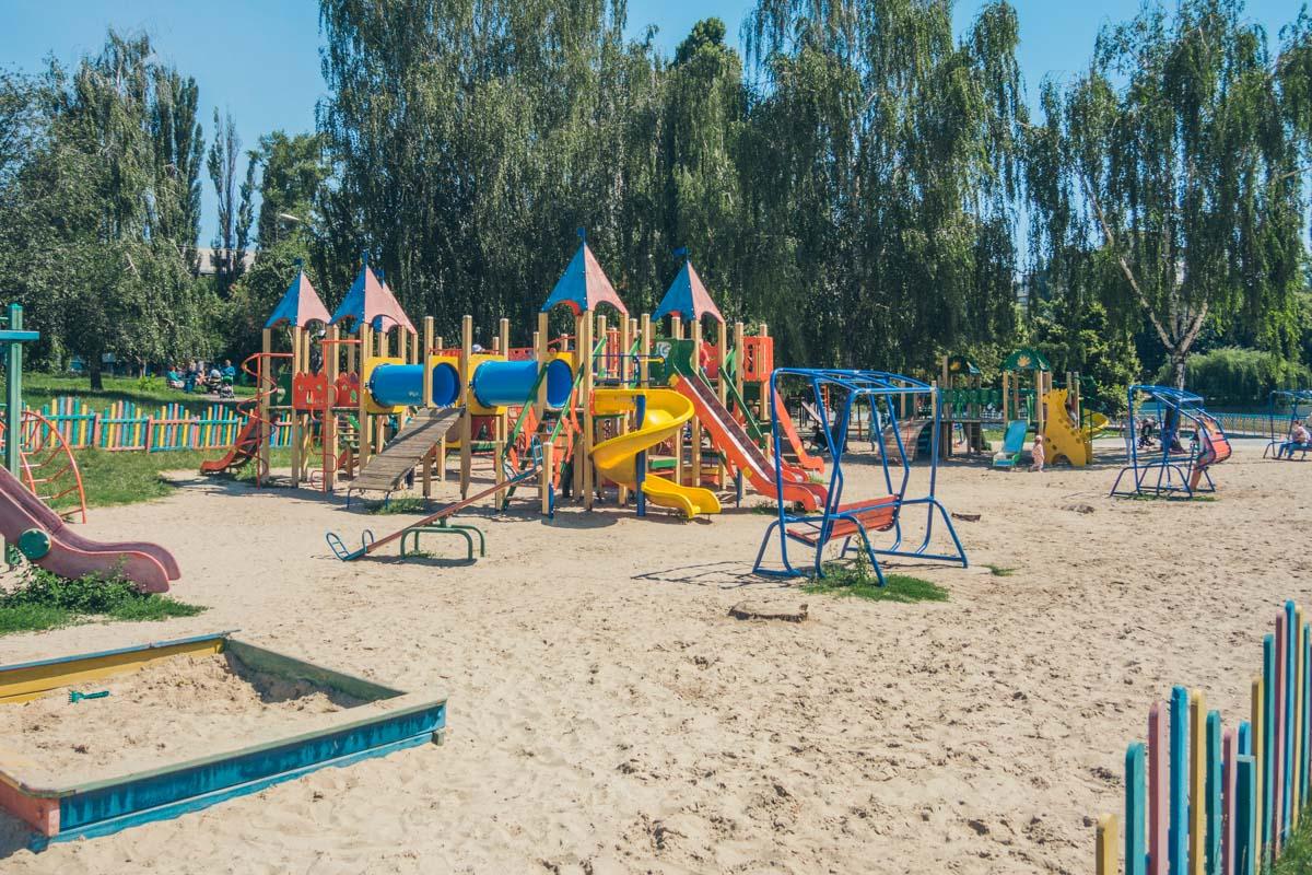 Современная детская площадка с песочком