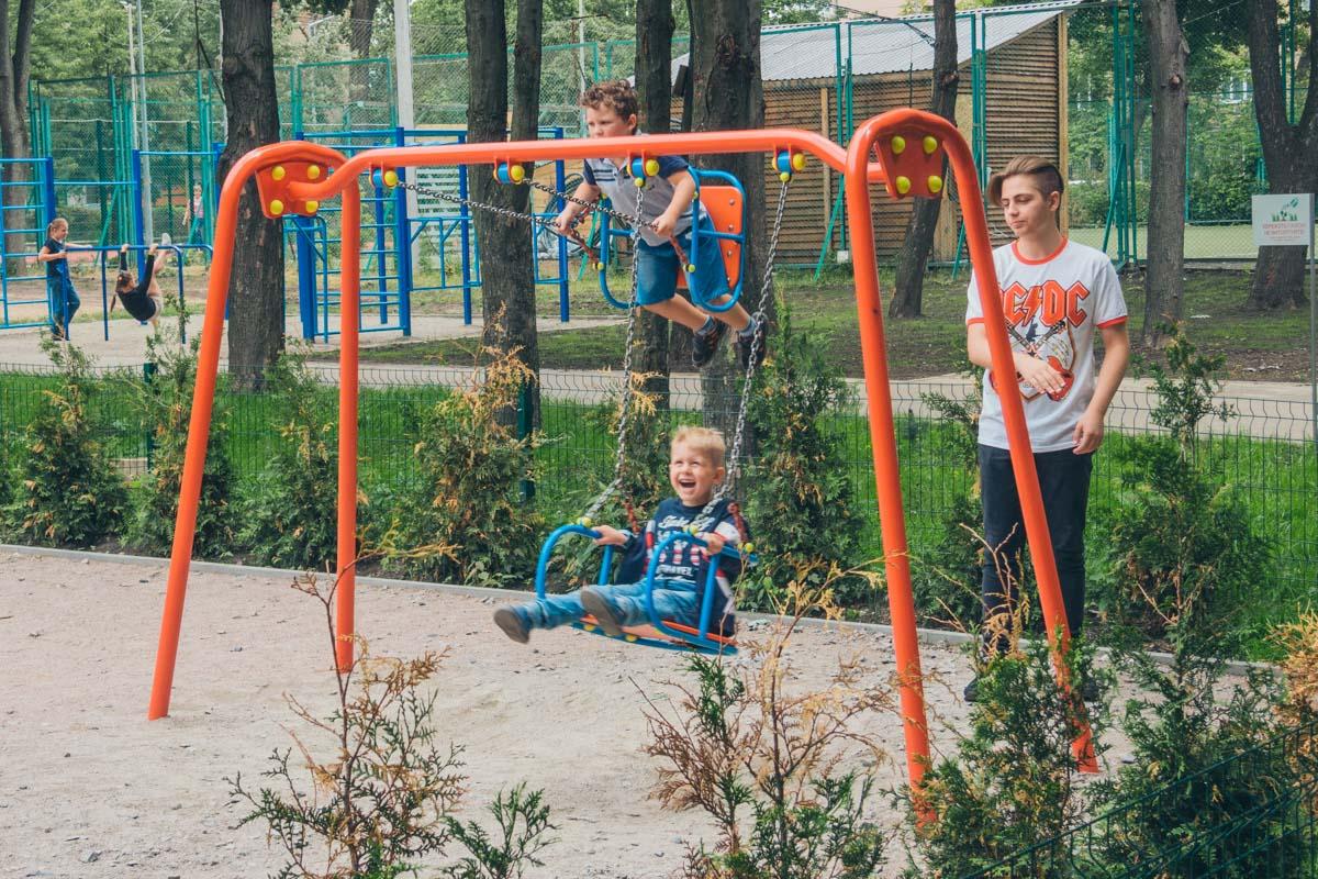 Яркие и удобные качели в парке. А главное - безопасные