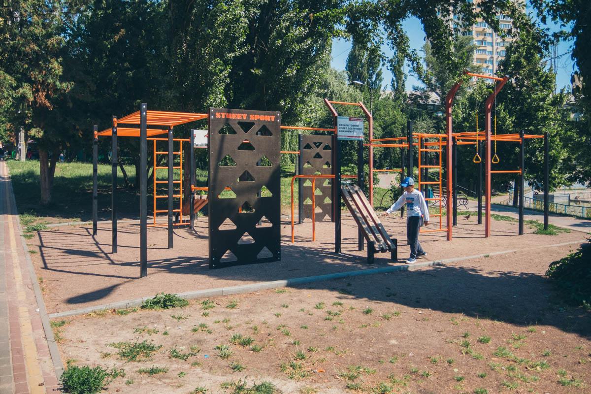 В парке есть современная спортивная площадка