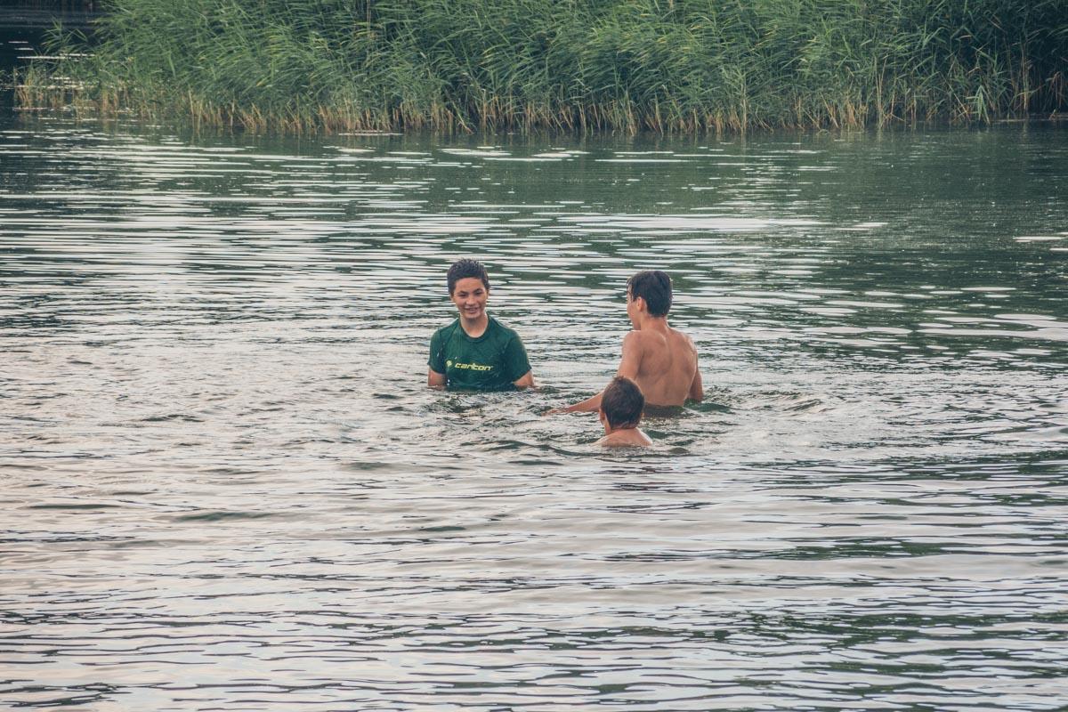 Дети с радостью купаются