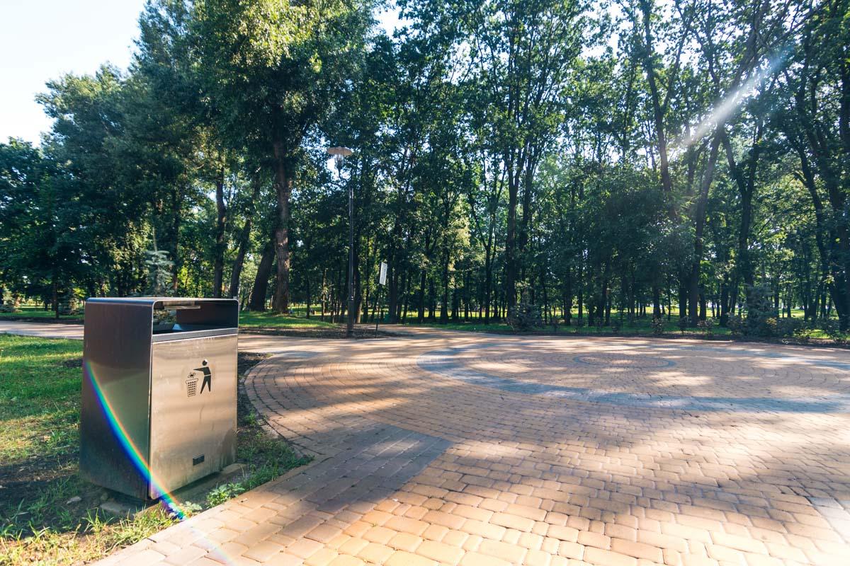 В парке чисто, везде стоят урны