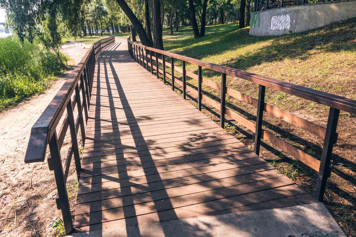 По такому мостику приятно пройти