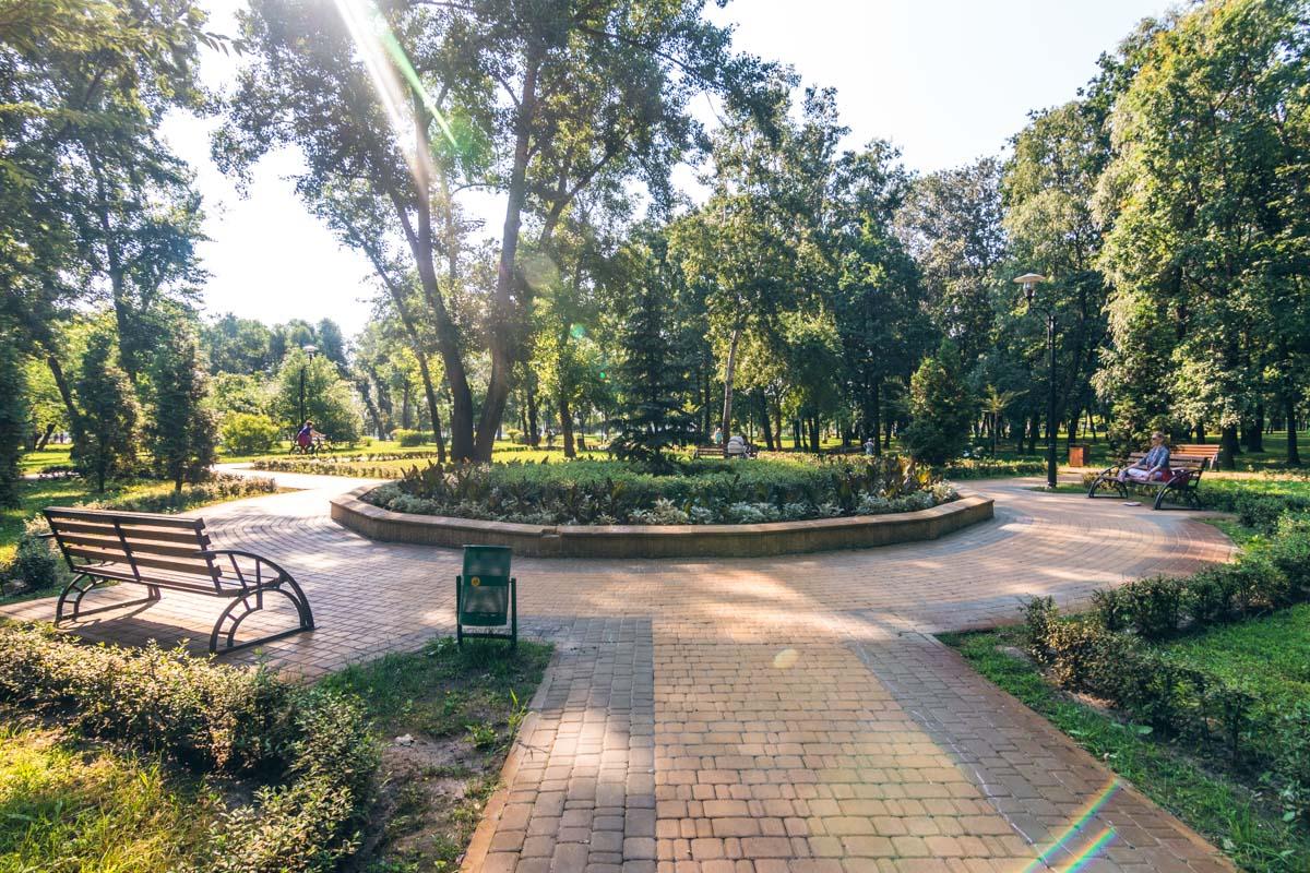 Скамейки в парке целые