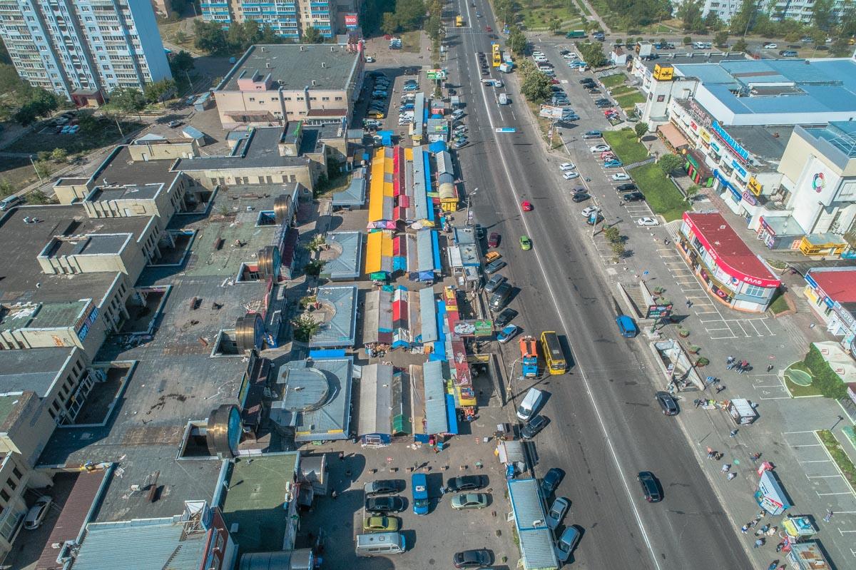 """На рынке """"Фестивальный"""" на Троещине начали демонтаж торговых точек"""