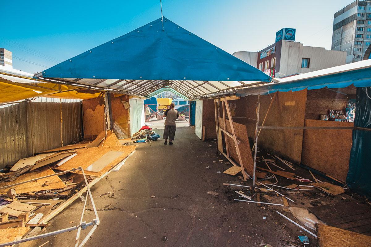 Рабочие уже снесли прилавки и стены некоторых павильонов